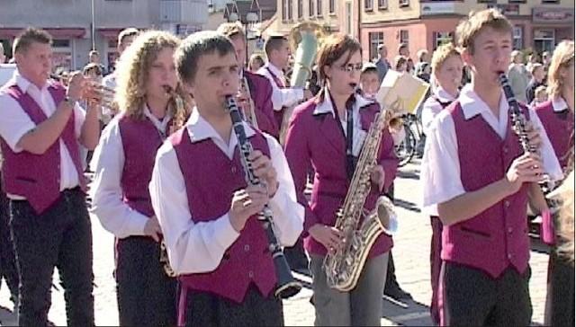 Gospodarzem festiwalu będzie Młodzieżowa Orkiestra Dęta z Łobza. Łobeska orkiestra jest zapraszana, jako gwiazda, na imprezy w kraju i za granicą.Na zdjęciu jej koncert na międzynarodowych zawodach balonowych w Szczecinku.