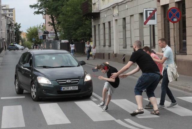 Zdumieni radomianie oglądali, jak w młodego chłopaka niemal wjeżdża samochód.
