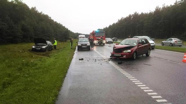 Do groźnego wypadku doszło przed godziną 18 na DK nr 5 między Osielskiem a Bydgoszczą. Rozpędzone BMW przecięło pas zieleni i zderzyło się z jadącą z naprzeciwka mazdą. Co najmniej jedna osoba została przewieziona do szpitala. Na razie nie wiadomo, jak dokładnie doszło do wypadku na nitce DK5, prowadzącej z Osielska. Obecnie na ulicy Armii Krajowej, ruch odbywa się wahadłowo. Utrudnienia potrwają najprawdopodobniej do godziny 20.Pogoda na dzień + 2 kolejne dni (28.07 + 29-30.07.2017)   POLSKA (TVN Meteo)
