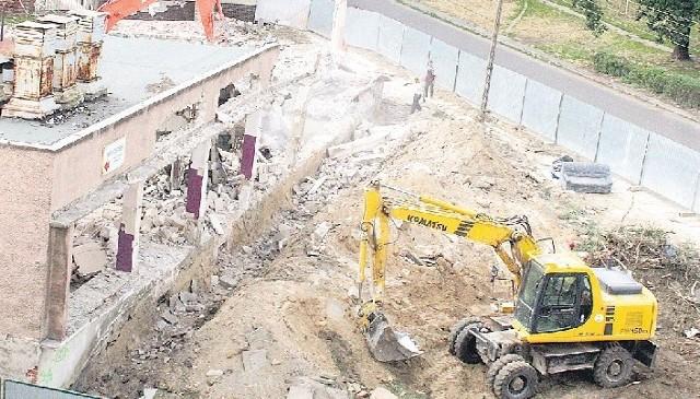 Wyburzanie starej pralniPlac budowy - wyburzanie starej pralni w celu przygotowania miejsca pod budowę nowej kamienicy w Niebuszewie
