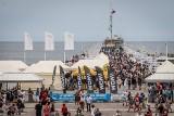 Pierwsza sobota wakacji w Sopocie. 26.06.2021 r. Tłumy turystów odwiedziły molo, ulice miasta i plaże. Sezon w pełni!