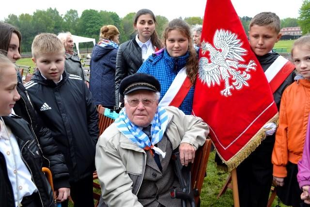 Feliks Rzeźnikowski, były więzień KL Stutthof, w otoczeniu młodzieży
