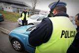 Uwaga kierowcy! Wchodzą głośne zmiany w prawie drogowym! Od dzisiaj m.in. mandat 500 zł za nietrzymanie rąk na kierownicy