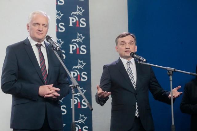 Obaj koalicjanci PiS, Porozumienie Jarosława Gowina i Solidarna Polska Zbigniewa Ziobry, oficjalnie popierają działania premiera Mateusza Morawieckiego w sprawie ewentualnego weta dla budżetu, ale o ile Ziobro twierdzi, że byłoby ono dla Polski korzystne, o tyle Gowin przyznaje, że byłoby ono fatalne w skutkach dla wszystkich państw Unii, w tym dla nas.