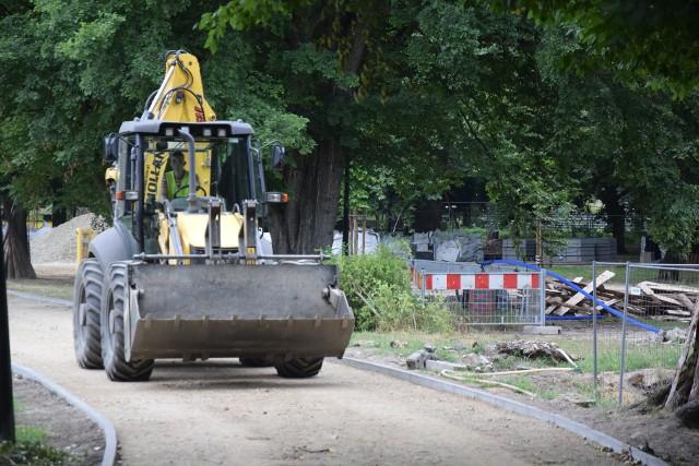 Rewitalizacja Parku Róż trwa już osiem miesięcy. Na razie jeszcze żaden jej element nie został wykonany od początku do końca.