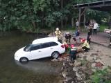 Niebezpieczne zdarzenie nad Miedwiem. Auto wjechało do jeziora