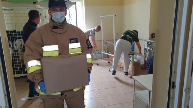 """Strażacy z OSP z terenu Gminy Łasin pomagali przy przygotowaniach do zwiększenia liczby łóżek """"covidowych"""" w szpitalu w Łasinie"""
