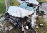 Śmiertelny wypadek w Karczemkach w powiecie wejherowskim. 27.07.2021 r. 25-letni kierowca uderzył w betonowe ogrodzenie