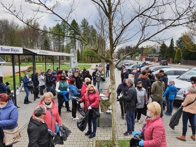 Mieszkańcy Sosnowca spotkali się przed Parkiem Kuronia w Kazimierzu Górniczym żeby wspólnymi siłami posprzątać tę dzielnicę miasta. Po porządkach była chwila odpoczynku przy ognisku. Zobacz kolejne zdjęcia. Przesuń zdjęcia w prawo - wciśnij strzałkę lub przycisk NASTĘPNE