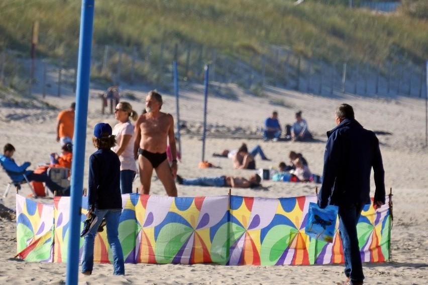 Pogoda szaleje! parawany, koce i leżaki powróciły na plażę....