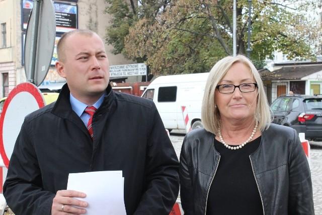 Radni Joanna Kopcińska i Sebastian Tylman zaprezentowali projekt uchwały, której celem jest obniżenie opłaty parkingowej w strefie płatnego parkowania na najbliższe dwa lata