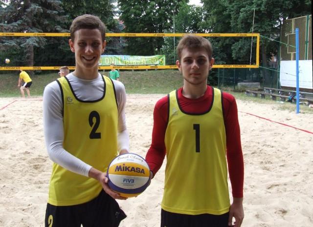 Mateusz Gój (z lewej) i Karol Gdowski, wicemistrzowie Małopolski w siatkówce plażowej kadetów