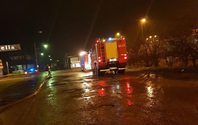 Przy ulicy Andersa w Białymstoku zapaliła się ciężarówka. W pobliżu była cysterna z niebezpiecznymi substancjami oraz stacja paliw.