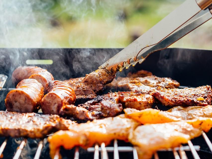 10 pomysłów na mięso z grilla. Co wrzucić na ruszt poza klasyczną kiełbaską? PRZEPISY
