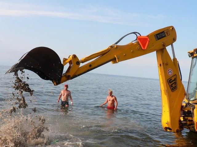 Oczyszczanie brzegu w RewaluRatownicy znaleLli w morzu w Rewalu niebezpieczne elementy umocnien brzegu. Trzeba bylo z nich oczyścic morze.