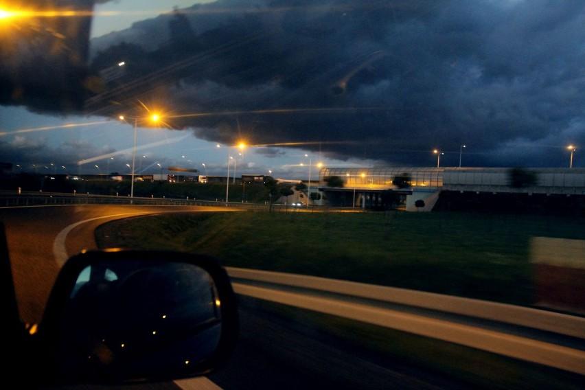 Znów będzie mocno wiało we Wrocławiu i na Dolnym Śląsku. W czwartek po południu Biuro Prognoz Meteorologicznych wydało ostrzeżenie dotyczące silnego wiatru.Kiedy będzie wiało? Z jaką siłą? Sprawdźcie na następnych stronach. Przejdź dalej posługując się klawiszami strzałek, myszką lub gestami.