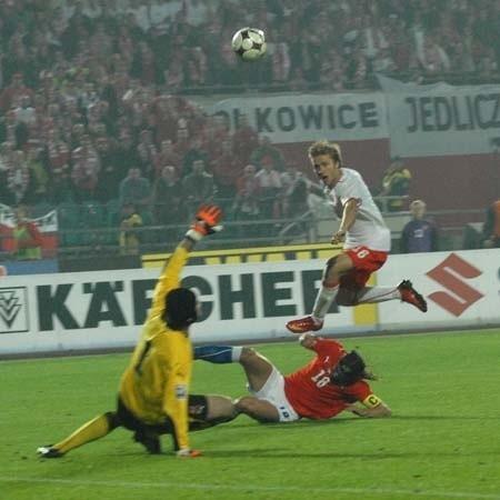 Jakub Błaszczykowski technicznym strzałem pokonał jednego z najlepszych bramkarzy Europy Petra Cecha. Piłkarz Chelsea Londyn był bezbronny wobec strzału naszego pomocnika.
