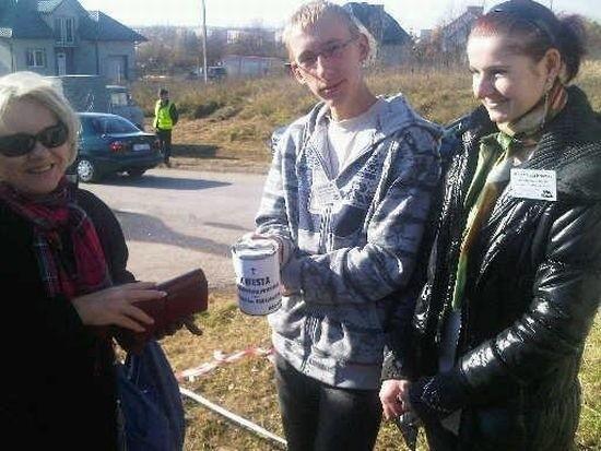 Wolontariusze ze Staszowa przez dwa dni zbierali pieniądze przy staszowskim cmentarzu. Dopisała pogoda i odwiedzający, którzy ofiarowali do puszek prawie 2 tysiące złotych.
