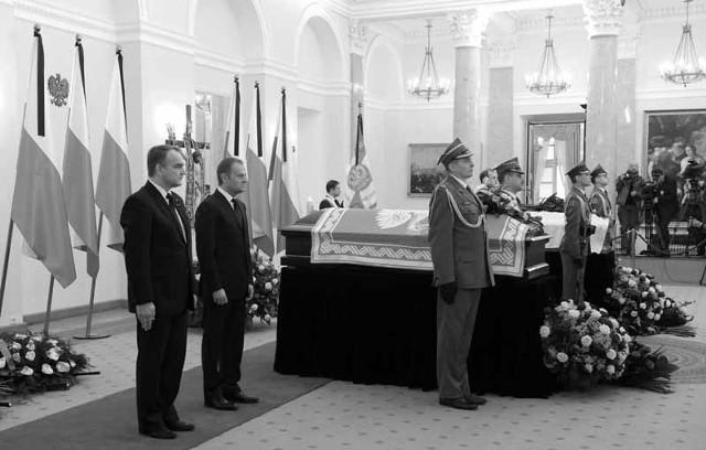 Warta honorowa przy trumnach z ciałami prezydenckiej pary