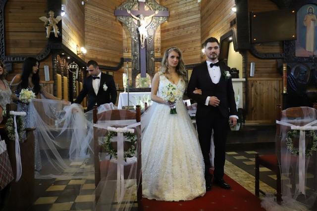 Daniel Martyniuk dziś stanął na ślubnym kobiercu ze swoją wybranką Eweliną Golczyńską. Zenek Martyniuk postanowił wyprawić wesele dla syna warte prawie milion złotych!  Na uroczystości pojawiły się również znane gwiazdy disco polo.