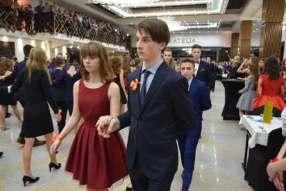 0fcdfe1a31 zobacz galerię (34 zdjęcia). Tanecznym krokiem żegnają się ze szkołą  uczniowie SP nr ...