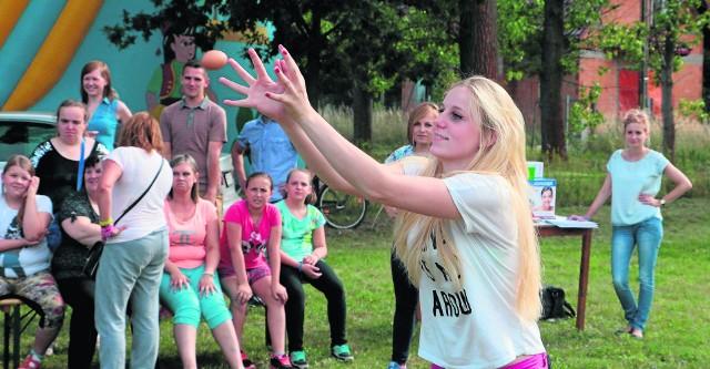 Jedną z konkurencji było rzucanie jajkami na czas. Paulina Rzetelna (na zdjęciu) razem z Anną Lis w ciągu minuty rzuciły nim złapały aż 18 razy.