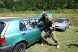 Opolscy antyterroryści szkoli policjantów. Pokazywali, jak zachowują się samochody pod ostrzałem i jak używać ich jako osłony