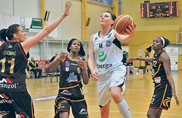 Emilia Tłumak (z piłką) jako jedna z niewielu zawodniczek poprzedniego składu Energi została w Toruniu