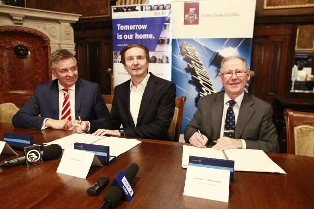 Umowę podpisali (od lewej): Oliver Giersberg i Konrad Pokutycki z BSH oraz prof. Sławomir Wiak, rektor PŁ