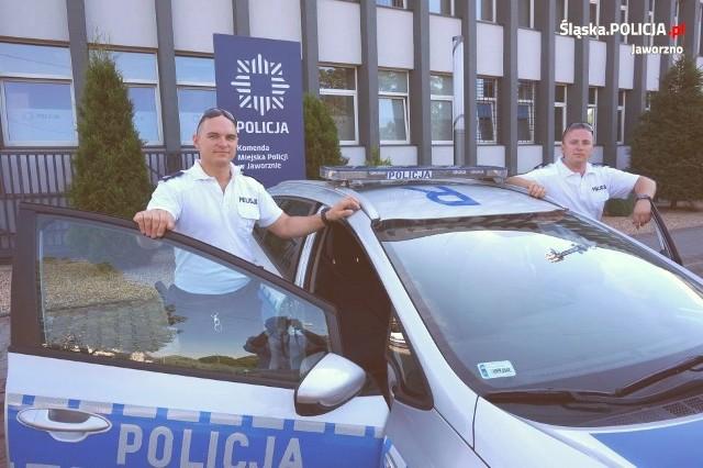 Żeglarzy udało się uratować dzięki policjantom z posterunku wodnego - st. sierż. Konradowi Sobasiowi oraz st. sierż. Marcinowi Rożnawskiemu.