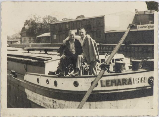 Dwaj mężczyźni na Barce Lemara, rok 1937, ze zbiorów Muzeum Okręgowego im. Leona Wyczółkowskiego w Bydgoszczy