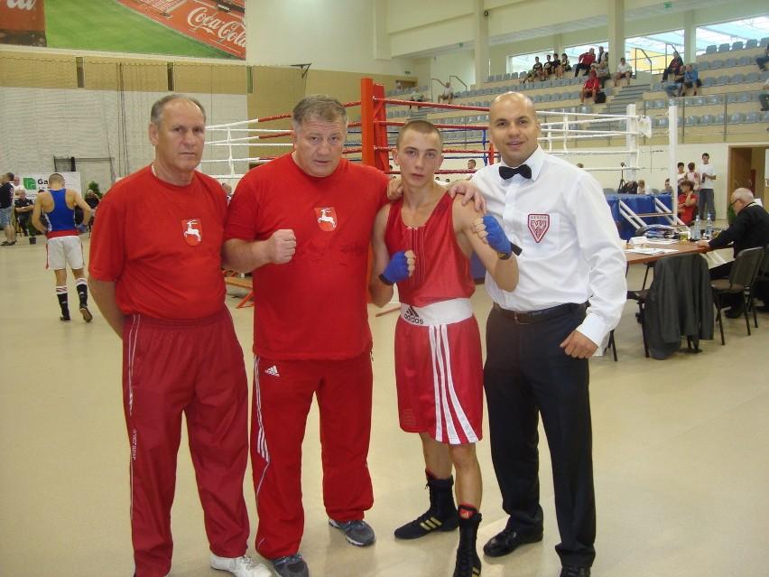 Adrian Kowal (Olimp Lublin) po wygranym finale w Wieliczce. Drugi od lewej - Andrzej Głąb, szkoleniowiec lubelskiego pięściarza