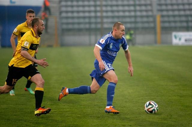 Janusz Gancarczyk (w żółtym stroju) został zmieniony w 54. minucie meczu w Legnicy.