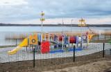 Nad Jeziorem Tarnobrzeskim powstały nowe place zabaw. Rewitalizacja dobiega końca. Kiedy otwarcie? (ZDJĘCIA)