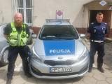 Policjanci wyważyli drzwi i ewakuowali małżeństwo z zadymionego mieszkania. Blisko tragedii w Terespolu Pomorskim