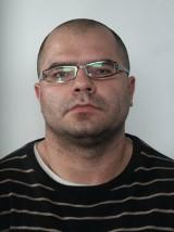 """To """"Pershing"""" zadał cios nożem na stacji paliw w Solcu? Policjanci poszukują Macieja Cichowicza"""