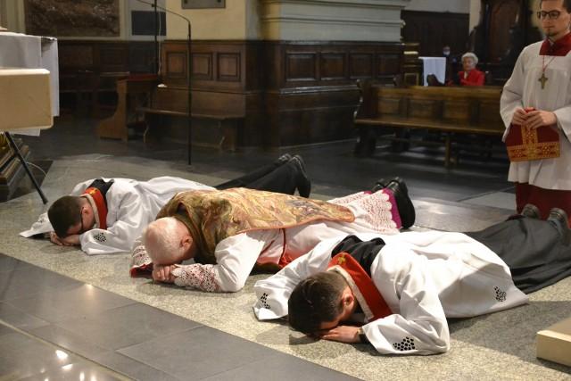 W Wielki Piątek Kościół nie celebruje mszy św. W przemyskiej katedrze odbyło się nabożeństwo Drogi Krzyżowej, po którym rozpoczęła się Liturgia ku czci Męki Pańskiej. Przewodniczył jej metropolita przemyski abp Arcybiskup Adam Szal. Homilię wygłosił abp senior Józef Michalik. Szczególnie wzniosłym momentem liturgii była adoracja krzyża. Ostatnim elementem obrzędów tego dnia było przeniesienie Najświętszego Sakramentu do Grobu Pańskiego, gdzie można będzie adorować Jezusa Eucharystycznego do Wigilii Paschalnej. Zobacz też: Groby pańskie 2020 w przemyskich kościołach w Wielki Piątek [ZDJĘCIA]