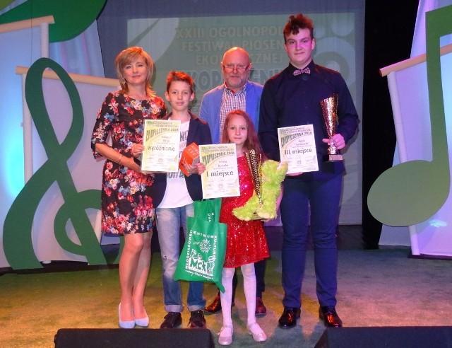 Laureaci festiwalu w Legnicy wraz ze swoimi nauczycielami