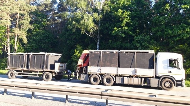 Inspektorzy z inowrocławskiego oddziału kujawsko-pomorskiej Inspekcji Transportu Drogowego w poniedziałek, 31 maja, wytypowali do rutynowej kontroli zespół pojazdów, którym przedsiębiorca z okolic Radomia przewoził wyprodukowane przez siebie cztery betonowe zbiorniki na nieczystości (szamba).Więcej zdjęć i informacji >>>