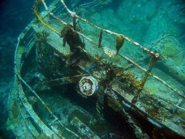 Zatopiony statek Flor de la MarPortugalski statek Flor de la Mar zatopiony u wybrzeży Sumatry uważany jest za najcenniejszy wrak leżący na dnie oceanów i mórz. W jego ładowniach znajdować się mają drogocenne kamienie, takie jak diamenty, szmaragdy, rubiny, szafiry oraz mnóstwo złota. Wartość ukrytego w ładowniach statku ładunku ocenia się na około 8 mld złotych ( 2 mld 600 mln dolarów). Historia poszukiwań tego statku rozpoczyna się w 1511 roku. To właśnie wtedy podczas gwałtownej burzy zatonęła ta portugalska jednostka pełna kosztowności skradzionych sułtanowi Malakki.