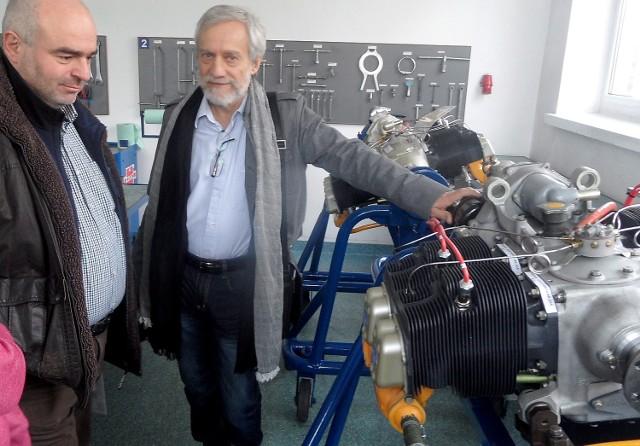 Grudziądzki biznesmen i pasjonat lotnictwa Roman Sadowski (z prawej) przy zmodyfikowanym, 4-cylindrowym silniku samolotowym Franklin. Zapewnia: - Poleci na benzynę! Potrzebne są tylko kolejne inwestycje