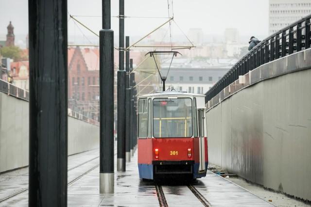 6 grudnia 2020 roku tramwaje z pasażerami zaczną kursować nowym torowiskiem wzdłuż ulicy Kujawskiej w Bydgoszczy. Na zdjęciu przejazd próbny.