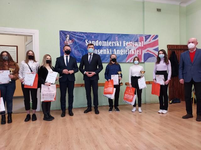 Najlepsi wykonawcy oraz od lewej: starosta Marcin Piwnik, burmistrz Marcin Marzec i dyrektor szkoły Roman Ryński.