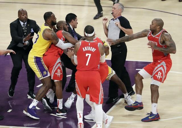 Po bójce w meczu Lakers - Rockets sędziowie wyrzucili z boiska trzech koszykarzy.