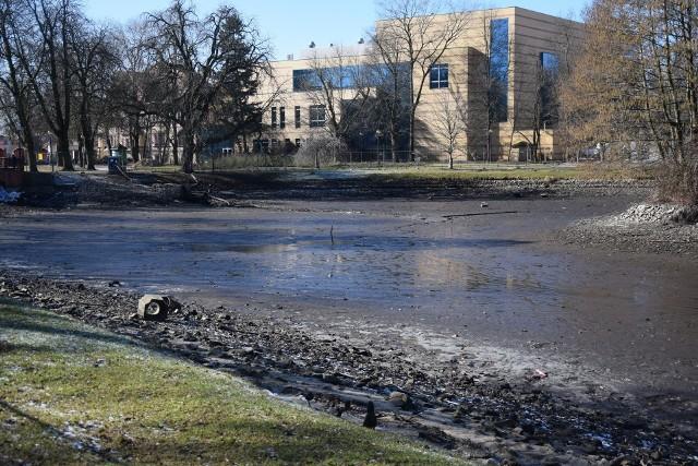 Woda została spuszczona ze stawu w Parku Róż w pierwszy weekend marca.