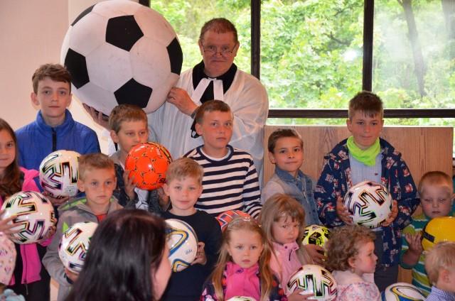 Po niedzielnym nabożeństwie w parafii ewangelickiej na dzieci czekała niespodzianka w postaci piłki