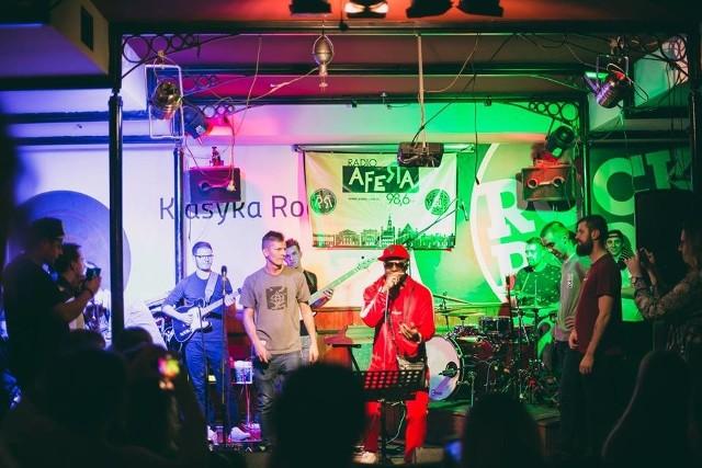 """Pomysłodawcy """"Neo Soul & Hip Hop Live Session"""" zauważają, że w Poznaniu od dawna funkcjonuje kultura wspólnego grania jazzu, bluesa czy rocka, jednak wciąż brakuje w nim miejsca, w którym spotkać się mogliby nie tylko raperzy, ale także wokaliści i muzycy soulowi."""