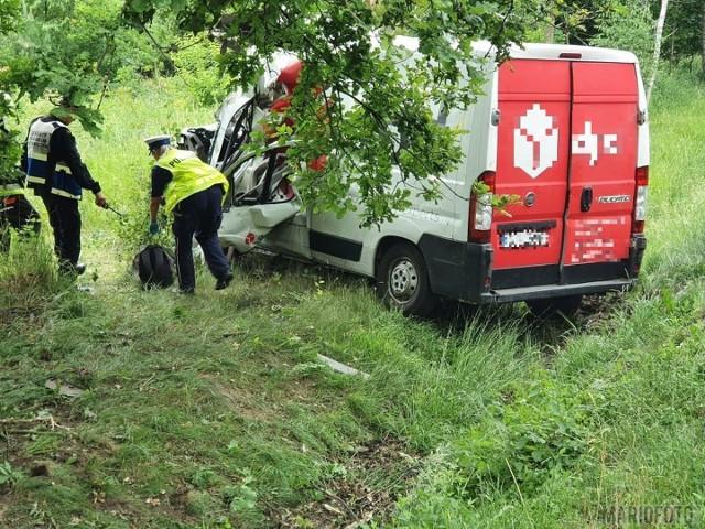 Wypadek w Osowcu. Kierowca kurierskiego busa uderzył w drzewo. Jest ranny