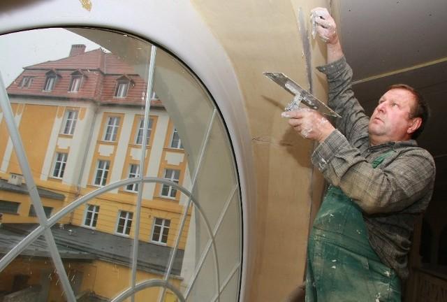 Salę gimnastyczną remontuje firma Budpol. Wewnętrzne ściany szpachluje m.in. Zygmunt Biliński.