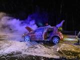 Brzegi. Samochód w ogniu. Jechały nim dwie osoby [ZDJĘCIA]
